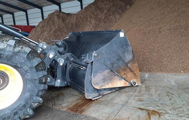 Godet haut déversement sur chargeuse reprise d'ensilage et compost Riman