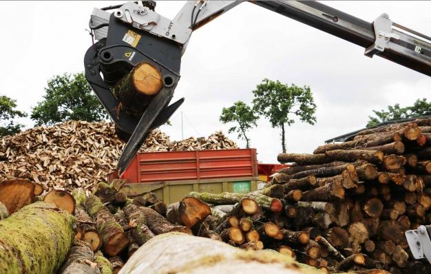 Grappin à bois Riman sur télescopique JCB serrant un tronc