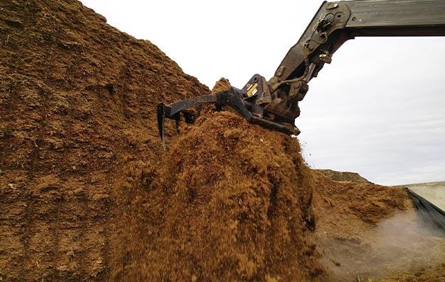 Râteau de désilage RIMAN pour les tas d'ensilage de maïs compacts
